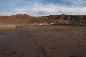 zwiedzanie Lanzarote Playa Famara plaża-surferów